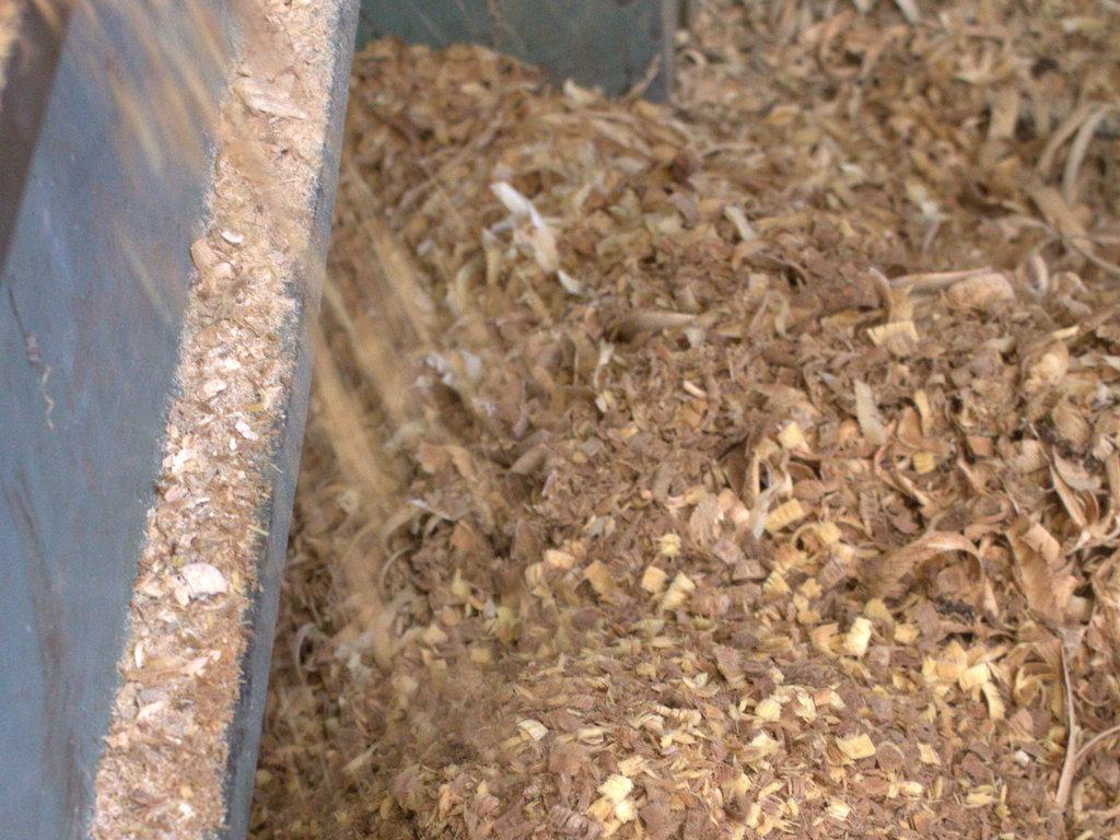 Onder de draaibank ontstaan grote bergen houtkrullen.