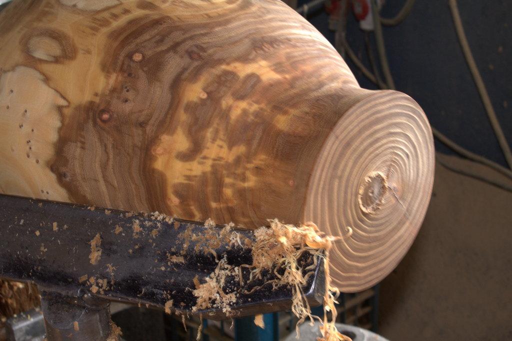 Langzamerhand wordt zichtbaar waar de vorm en de tekening in het hout op uitkomen.