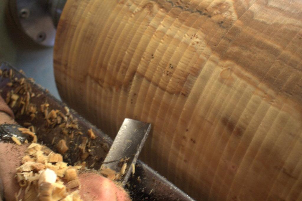 Als de schors verwijderd is en het hout steeds ronder wordt, komt de kleur in de stam tevoorschijn.