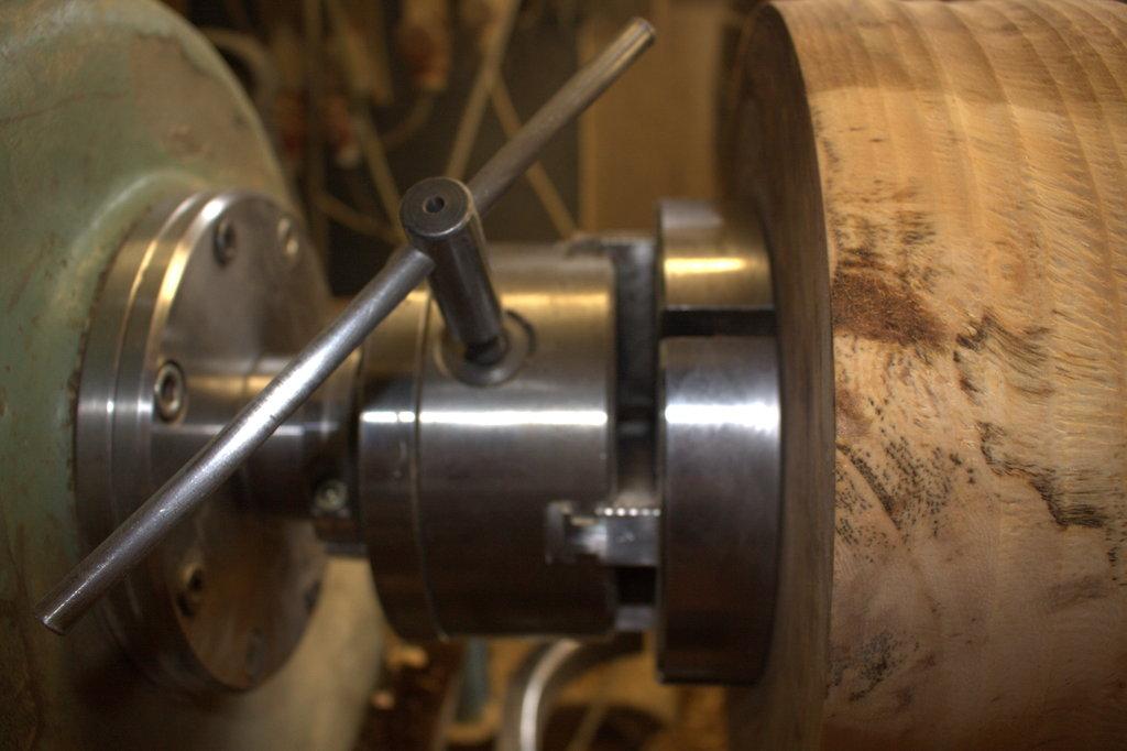 Een vierklauw grijpt de voet van de vaas in wording stevig vast.